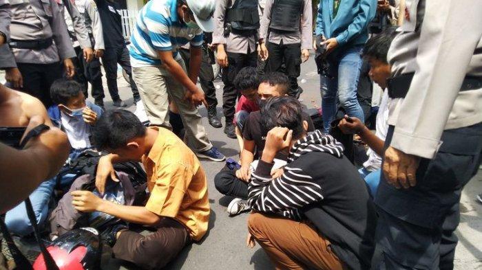 """Pelajar Depok Ditanya Maksudnya Ikut Demo: """"Itu Pak Demo Tentang Bus Law Itu"""""""
